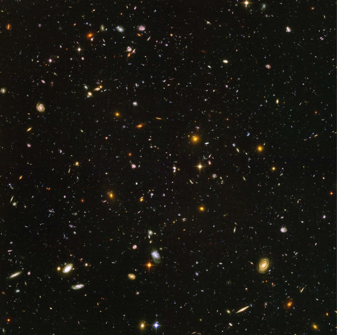 """Unibertsoaren irudi ikusgai sakonena: <span style=""""font-style:italic"""">Hubble</span>ren eremu ultrasakona. 10.000 galaxia aurki daitezke irudi honetan"""