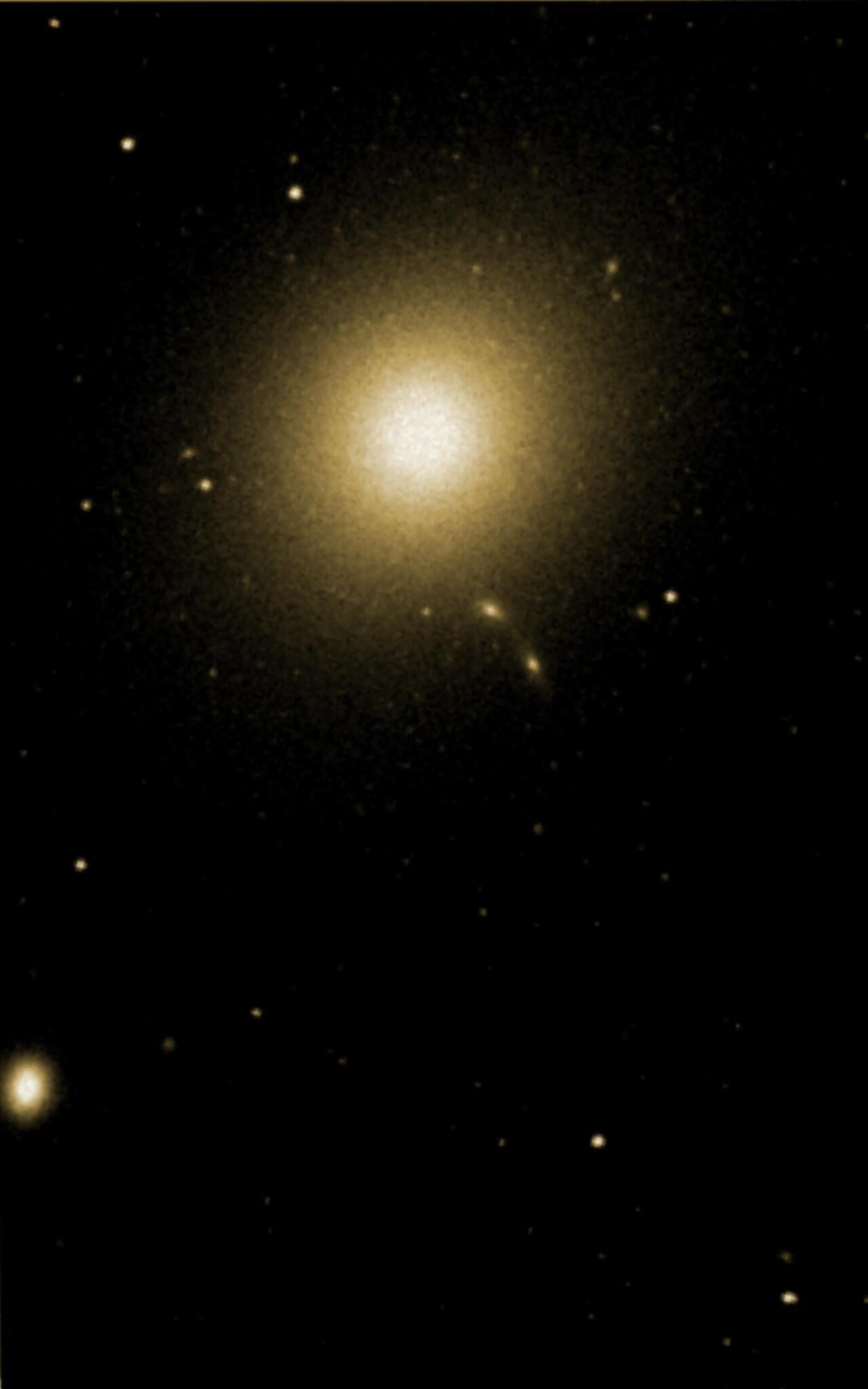 M87, Virgo multzoaren zentroko galaxia eliptikoa