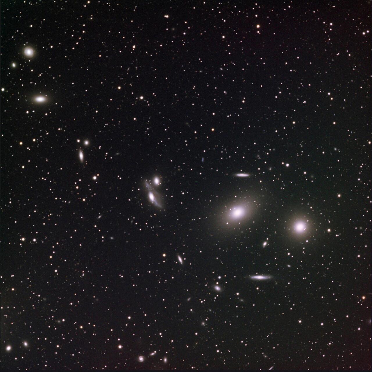 """Virgo multzoaren zentroan Markarianen kateko galaxiak kokatzen dira. Horietako zazpik talde dinamiko bat osatzen dute, eta besteak proiekzioz agertzen bide dira kate horretan. Irudiaren zentroan, NGC4438 eta NGC4435 bikotea, """"begiak"""" izendatuak, elkarrekintza bortitzean dago, eta galaxien gasa, izarrak eta hautsa desorekatzen ditu. NGC4438, bikoteko handiena, gasa galtzen ari da, multzoaren gas beroaren talka-presioaren (<span style=""""font-style:italic"""">ram pressure</span>) eraginez ere"""