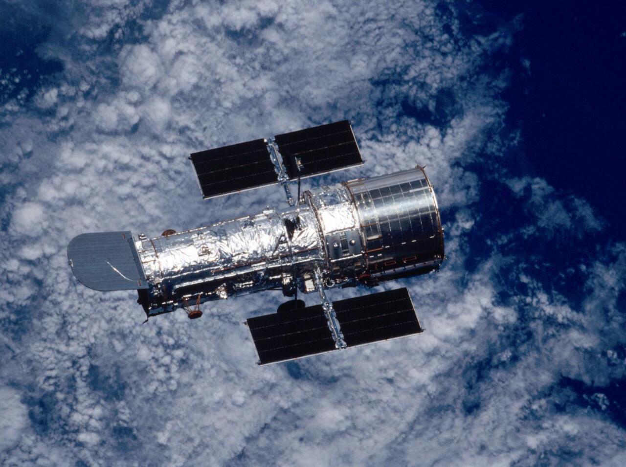 """Lurraren atmosferaren eragina saihesteko hainbat behatoki kokatu dira Lurraren inguruko orbitetan. Irudikoa <span style=""""font-style:italic"""">Hubble</span> <span style=""""font-style:italic"""">Space Telescope </span>da"""